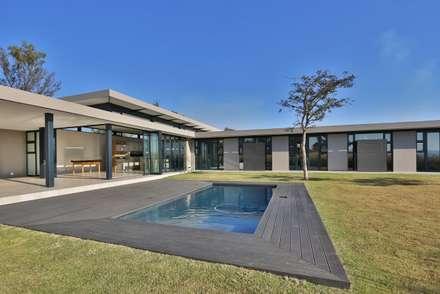 : modern Houses by REIS
