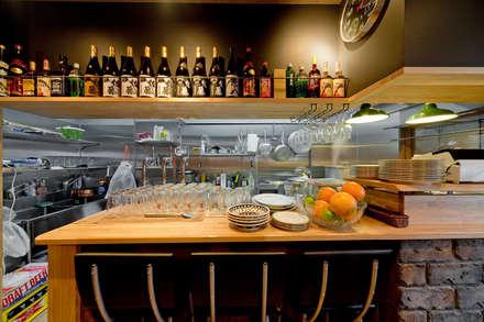 古き良きアメリカ~焼き豚バル~: 有限会社ミオ・デザインが手掛けたキッチンです。