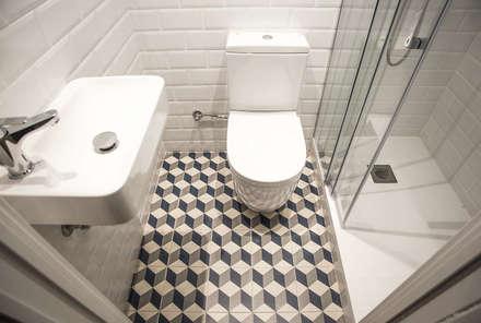 Aseo con ducha: Baños de estilo moderno de Grupo Inventia
