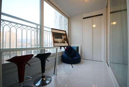 [신혼집인테리어] 서울 영등포 대림동 한솔솔파크 아파트인테리어 33PY: 디자인스튜디오 레브의  베란다