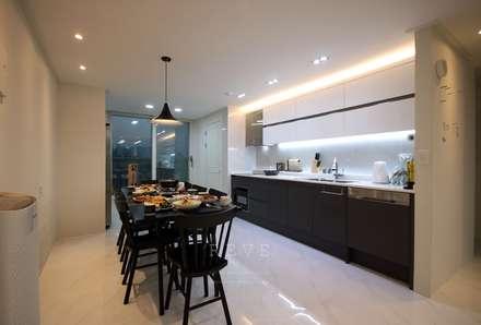 [신혼집인테리어] 서울 영등포 대림동 한솔솔파크 아파트인테리어 33PY: 디자인스튜디오 레브의  다이닝 룸