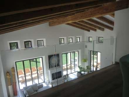 CASA ROJA: Salones de estilo rural de D.DISSENY ARQUITECTES FORTEZA, S.L.P.