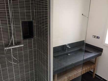 Colombes - Salle de bain: Salle de bain de style de style Moderne par Atelier d'architecture ASTA