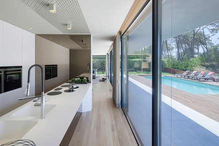 AM 2014 - Fão: Cozinhas modernas por INAIN Interior Design
