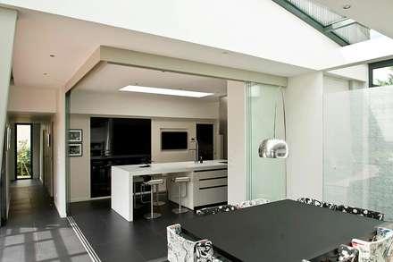 RUSTICASA   Casa em Le Prieuré   Montfort l'Amaury: Salas de jantar modernas por Rusticasa