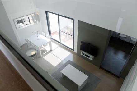 Ático Duplex: Salones de estilo minimalista de Isho Design