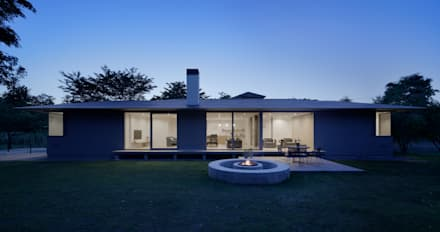 外観夕景とファイアーピット: atelier137 ARCHITECTURAL DESIGN OFFICEが手掛けた家です。