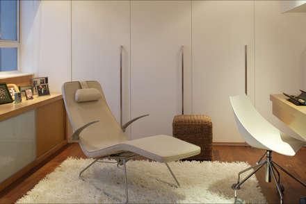 evergreen villa: asian Bedroom by wayne corp