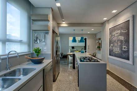 Cozinha apartamento Belvedere: Cozinhas modernas por Fabíola Constantino Arquitetura e Decoração