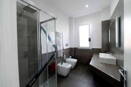 A casa di Antonella: Bagno in stile in stile Minimalista di yesHome