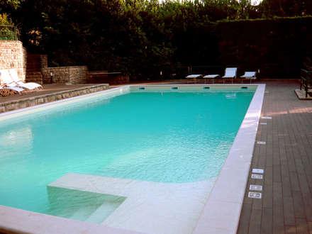 piscina skimmer: Piscina in stile in stile Moderno di Heron Piscine