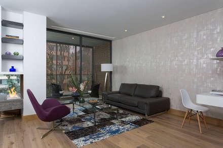 APARTAMENTO NORTE DE BOGOTA: Salas de estilo moderno por ATELIER CASA S.A.S
