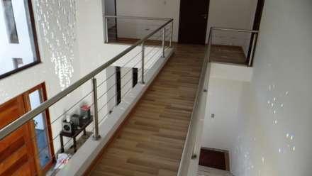 Casa AS: Pasillos, hall y escaleras de estilo  por A2H Arquitectos