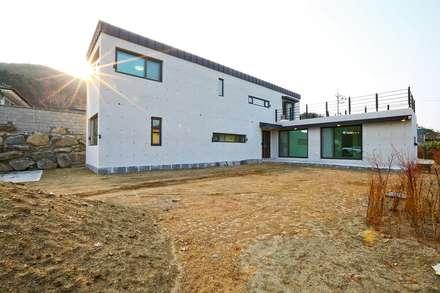북카페 인테리어가 포인트 되는 전원주택: 한글주택(주)의  주택