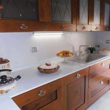 """""""Il ripostiglio finalmente al posto giusto...e la cucina si rinnova"""": Cucina in stile in stile Classico di MC Rendering Solution"""