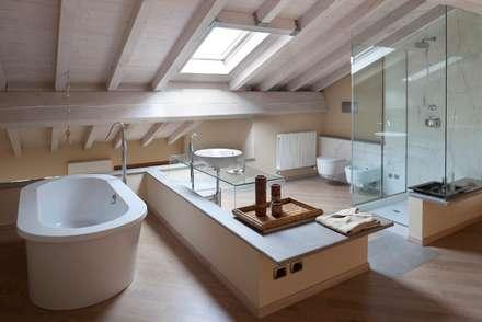 Bagno - Upstairs Relax: Bagno in stile in stile Minimalista di Orsini Architects