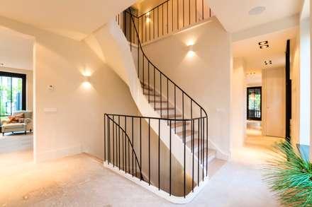 Hành lang by Van Bruchem Staircases & Interiors