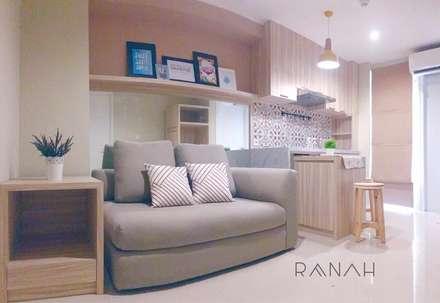 2 Bedrooms - Bassura City Apartment:  Ruang Keluarga by RANAH