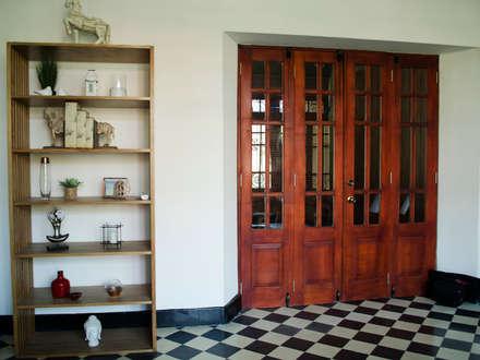 CASA 74: Salas de estilo clásico por RCRD Studio