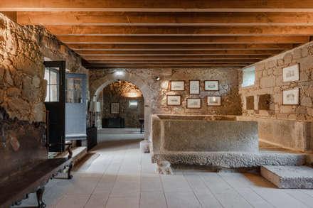 Hotel Paço de Vitorino: Adegas clássicas por PROD Arquitectura & Design