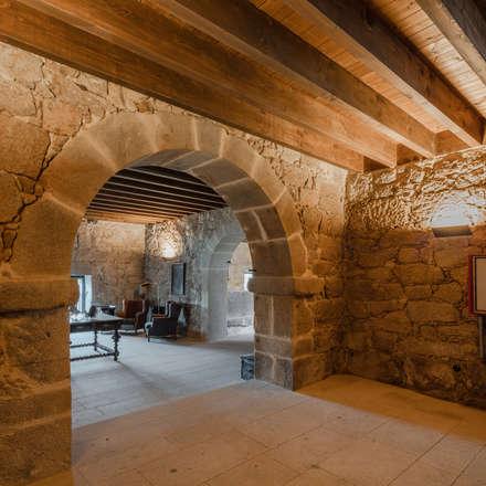 Hotel Paço de Vitorino: Adegas rústicas por PROD Arquitectura & Design