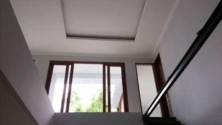 Rumah Bergaya Bali Modern di Cinere:  Ruang Keluarga by Jasa Arsitek Jakarta