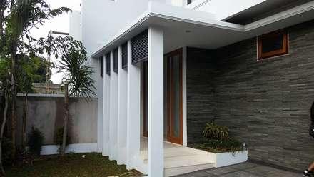 Rumah Bergaya Bali Modern di Cinere:  Teras by Jasa Arsitek Jakarta