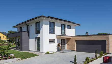 Eingangsbereich mit Garage: moderne Häuser von KitzlingerHaus GmbH & Co. KG