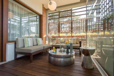 Angolo relax sulla terrazza: Terrazza in stile  di Archifacturing