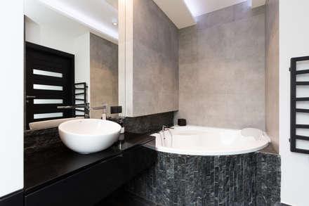 Łazienka z narożną wanną: styl , w kategorii Łazienka zaprojektowany przez in2home