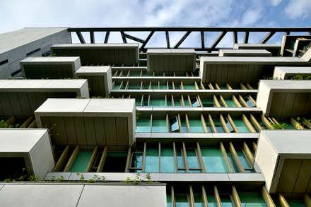 以模矩交錯設置的GRC清水混凝土外牆板、垂直遮陽板及屋頂碎冰文分割之爬藤屋架。:  牆壁與地板 by 綠野國際建築師事務所