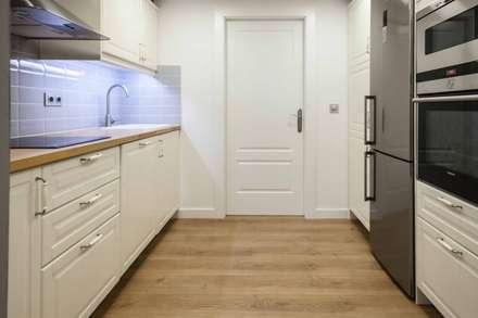 : scandinavian Kitchen by Espacio Sutil