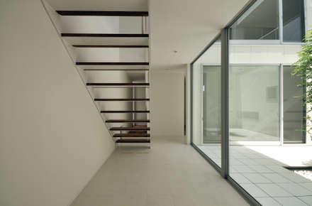 朱雀の家: 中野晋治建築研究室が手掛けた玄関・廊下・階段です。