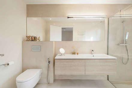 La casa de Marta: Baños de estilo moderno de Silvia R. Mallafré