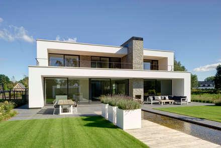 Achterzijde overdag: moderne Huizen door Broos de Bruijn architecten