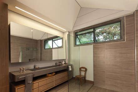 Casa La Querencia: Baños de estilo industrial por toroposada arquitectos sas