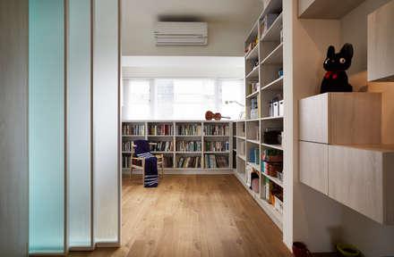 透過玻璃材質延伸與區隔室內的空間尺度:  書房/辦公室 by 弘悅國際室內裝修有限公司