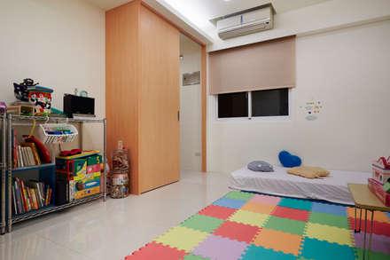 孩子需要的是活動的空間而不是精緻的裝飾:  嬰兒/兒童房 by 弘悅國際室內裝修有限公司