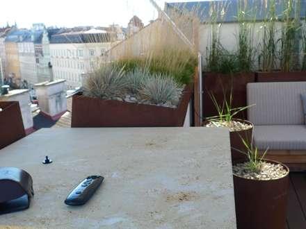 Sonnensegel, Blumentröge Corten-Stahl Anfertigung, Outdoor-Sofa Anfertigung:  Terrasse von Atelier Körner Studio für Gestaltung Wien/Berlin