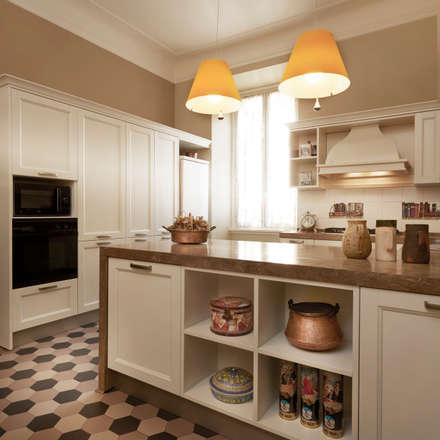 L'armonia tra ieri e oggi: Cucina in stile in stile Classico di Gruppo Castaldi | Roma