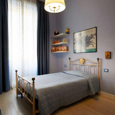 Modernità nel classico: Stanza dei bambini in stile in stile Classico di Gruppo Castaldi | Roma