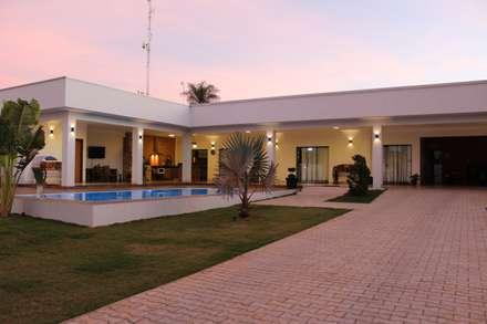 Um galpão que se transformou em residência.: Casas modernas por Arquiteta Bianca Monteiro