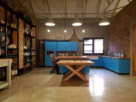 Residential Magaliesburg SA - Industrial Kitchen: industrial Kitchen by HEID Interior Design