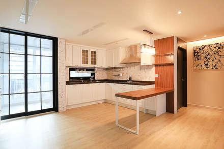 modern Dining room by 일곱기둥 인테리어