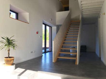 Pink House: Ingresso & Corridoio in stile  di Mezzo Atelier