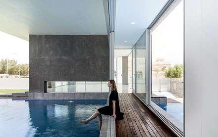 F.Lot House: Piscinas minimalistas por Studio Toggle Porto, Lda