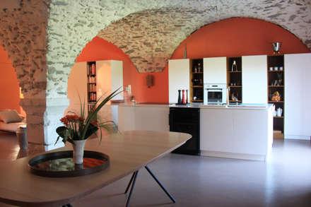 Aménagement de deux plateaux en duplex dans un Château: Salle à manger de style de style Moderne par Koya Architecture Intérieure