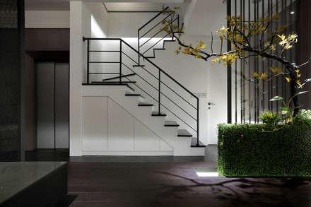 minimalistic Media room by 夏川空間設計工作室