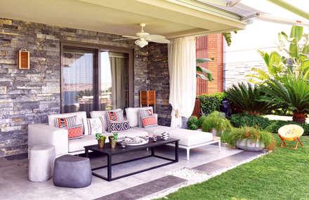 GUNDOGAN SUMMER HOUSE:  Terrace by Esra Kazmirci Mimarlik