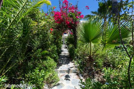 Jardín tropical: Jardines de estilo mediterráneo de Home & Haus   Home Staging & Foto